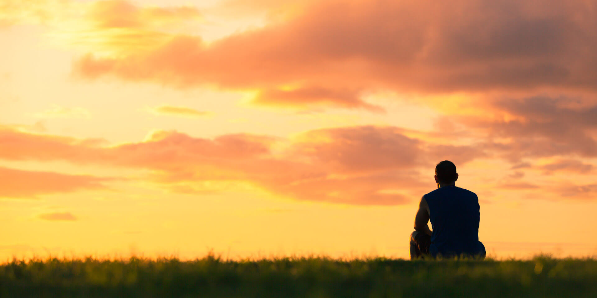 Mann am Strand im Sonnenuntergang