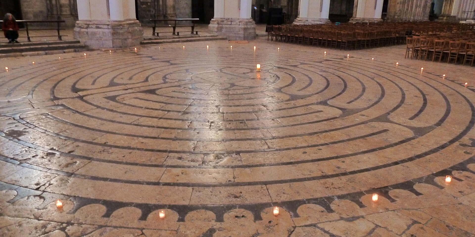 Das Labyrinth von Chartres befindet sich in der Kathedrale von Chartres im Département Eure-et-Loir in Frankreich.